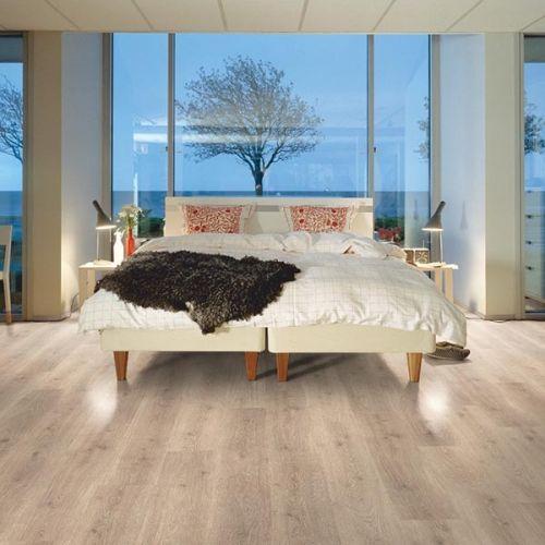 Pergo Living Expressions Classic Plank 4V Laminate Wooden Flooring - 1.596sqm per pack - Premium Oak (18141)